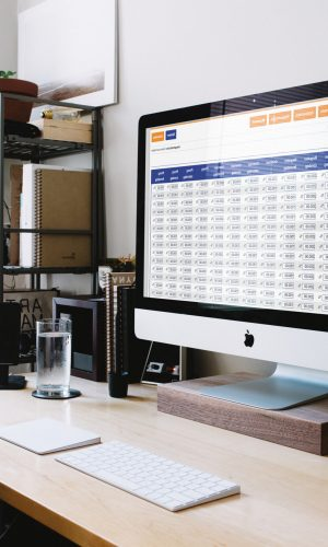 Mac op tafel met Matrix